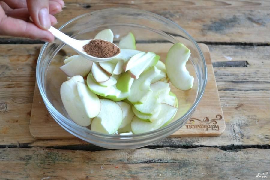 Добавьте корицу, которая придаст неповторимого аромата яблокам, хорошо перемешайте и оставьте дожидаться своего часа.