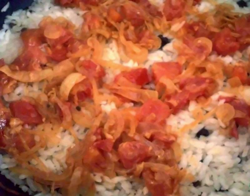 Теперь на сковороду выкладываем половину риса с зажаркой.