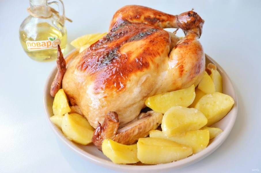 6. Курица в глазури из соевого соуса готова! Зовите всех к столу и не забудьте снять веревочку с ножек!
