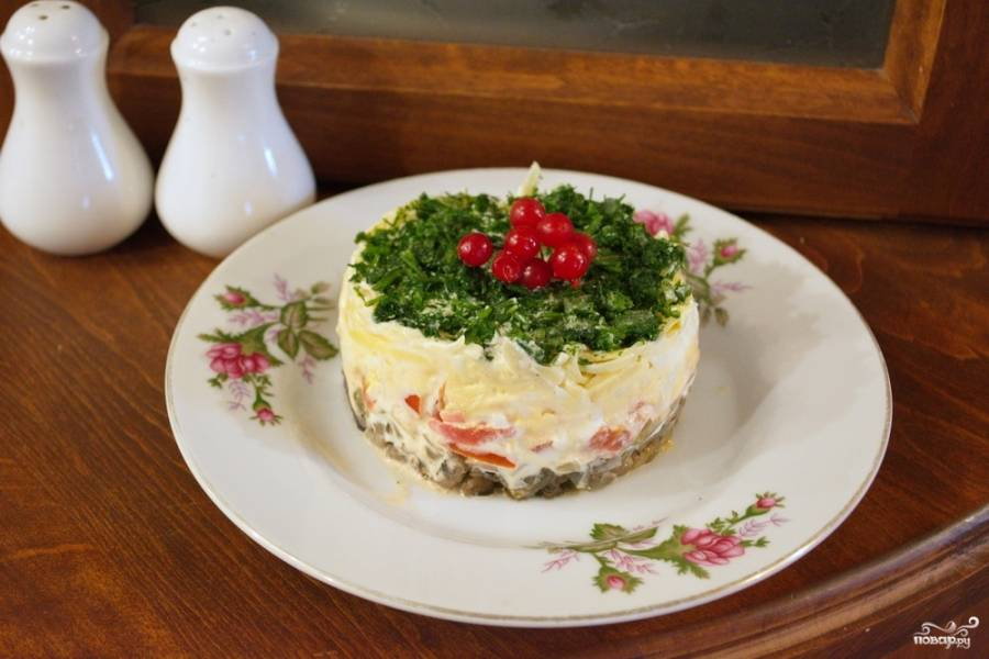 Украсьте салат по вкусу. Подайте к столу. Я использовала измельченный укроп и веточку калины.