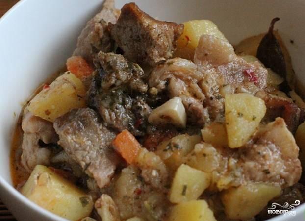 Готовую картошку в чугунке в духовке подавайте со свежими овощами или квашеной капустой. Приятного аппетита!