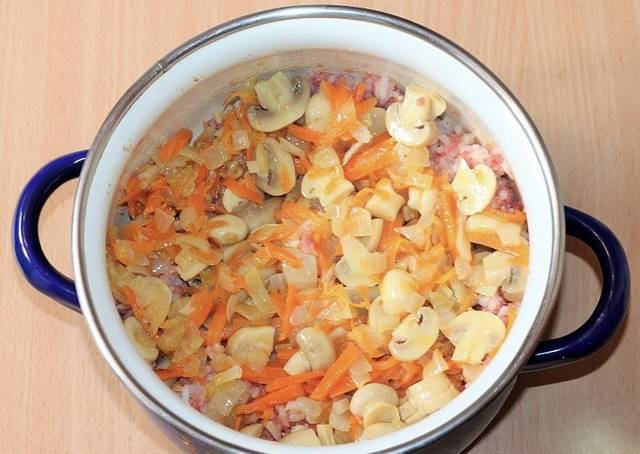 6. К фаршу со специями выкладываем содержимое сковороды.