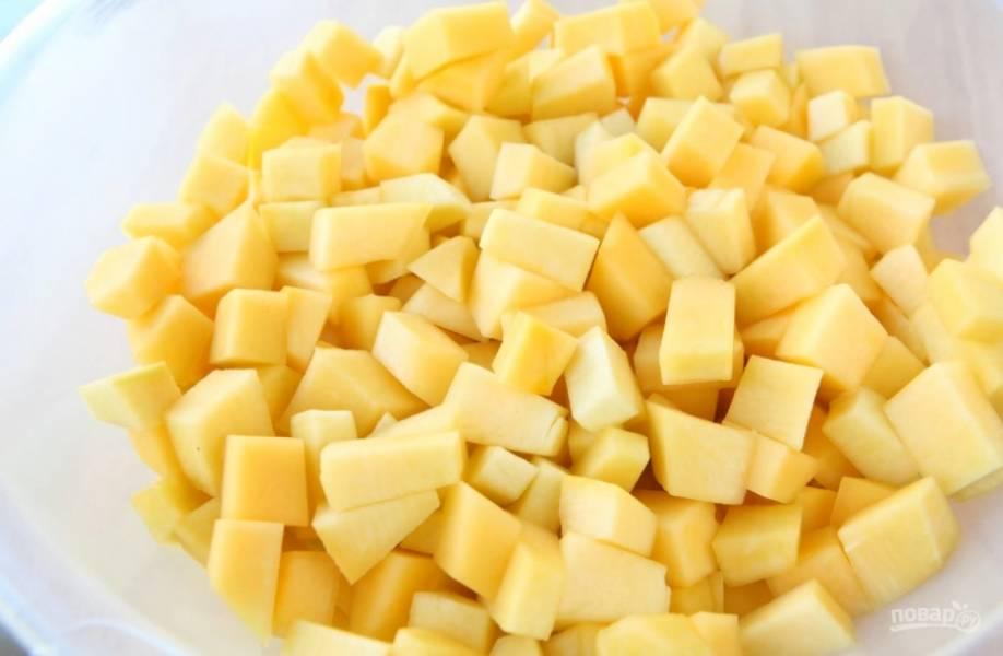 1.Тыкву очистите от кожуры, удалите у неё сердцевину, нарежьте кубиками. Нарезанную тыкву взвесьте, чтобы знать, сколько других ингредиентов необходимо. В рецепте все рассчитано на 1 килограмм тыквы.