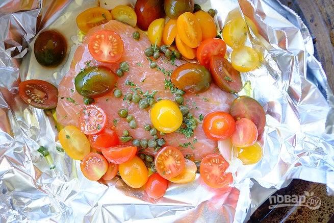3. Выложите помидоры сверху рыбы.