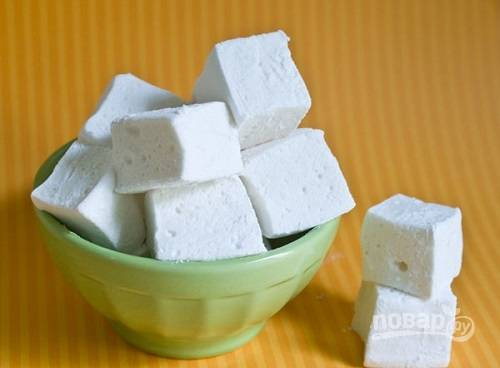 Нарезаем ножом или формочками. Нарезанные кусочки обычно посыпают сахарной пудрой с крахмалом. Но у нас диетический вариант, поэтому пусть кусочки подсыхают сами по себе. А теперь можно и полакомиться.
