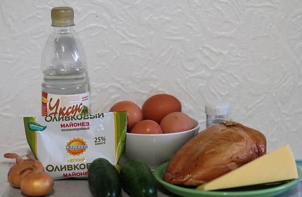 1. Перед вами все необходимые ингредиенты для приготовления этого блюда. Первым делом нужно отправить варить вкрутую яйца.