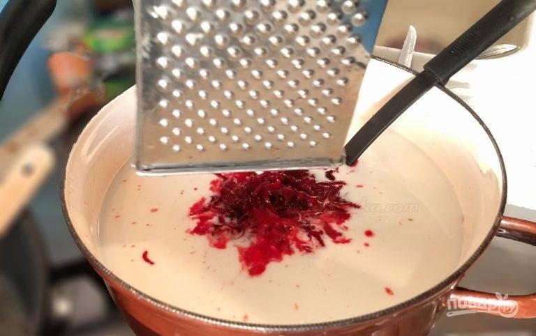 3.В большую кастрюлю налейте кефир, очистите свеклу и натрите ее на крупной терке в кефир.