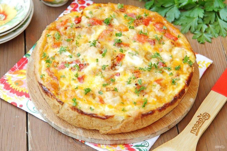 Остудите пирог 10-15 минут в форме, затем аккуратно достаньте и подайте на стол, по желанию украсив свежей зеленью. Пирог со сладким перцем и курицей готов.