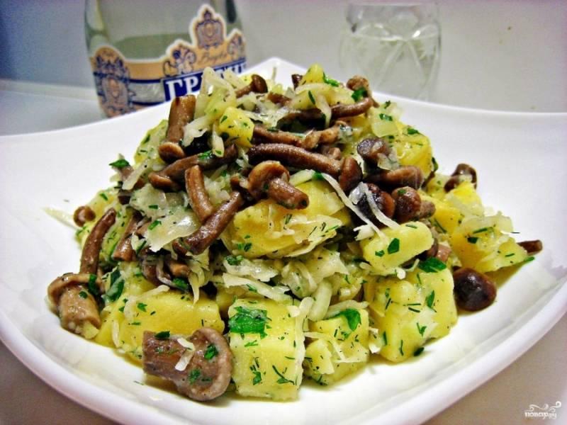 Все хорошенько перемешайте. Кушать можно сразу или сперва дать салату настоятся в холодильнике минут 20. Готовый салат с квашеной капустой можете подавать с черным хлебом. Приятного аппетита!