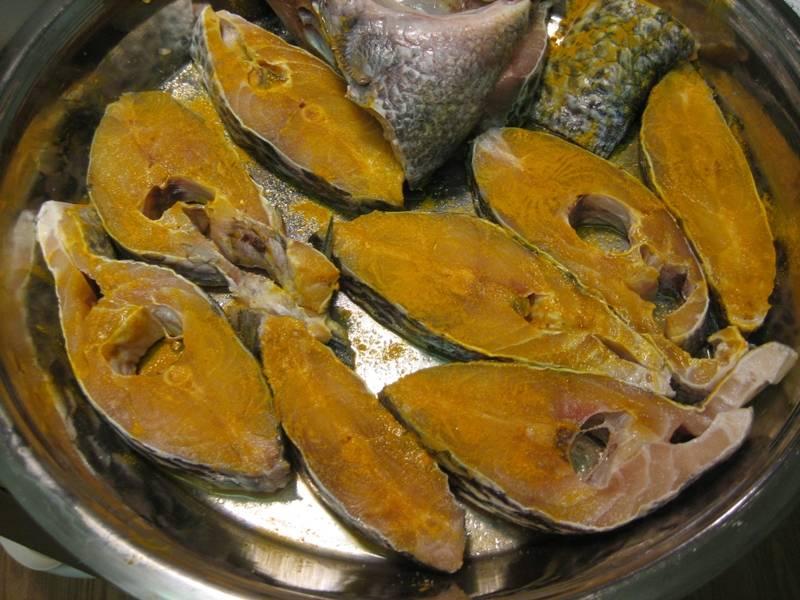 1. Рыбу тщательно очищаем от костей и чешуи. Помоем, обсушим и натрем специями и солью. Я выбрала соль и карри, но можно использовать любые приправы. Оставьте рыбу постоять 15 минут.