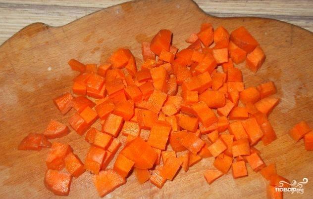 Морковку чистим овощечисткой. Моем. Режем на небольшие кубики.