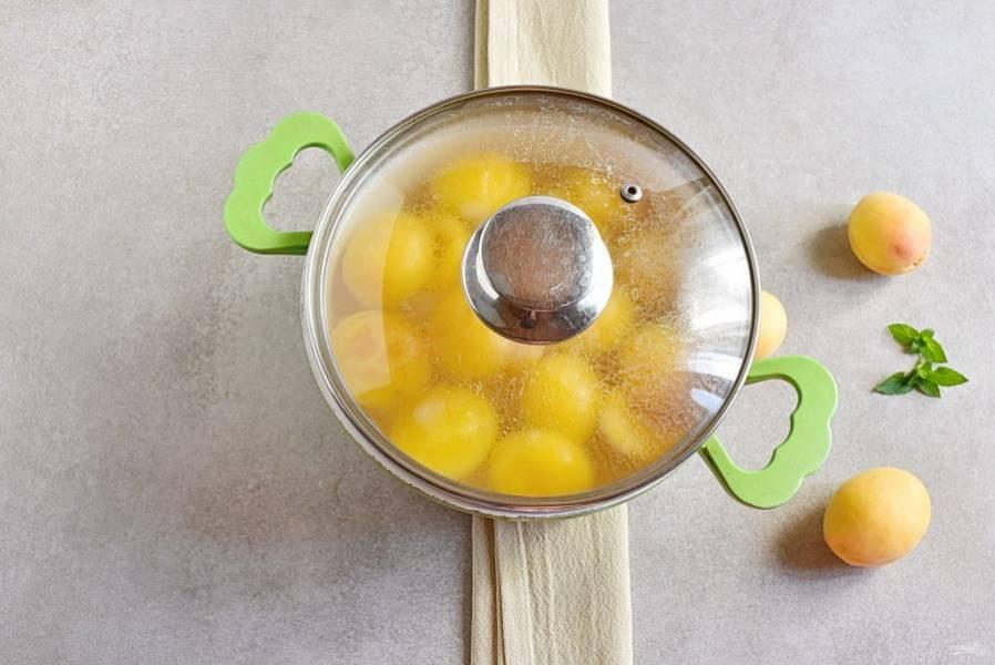 Накройте кастрюлю и дайте компоту настояться минимум часов 5. Удобно варить такой компот с вечера.