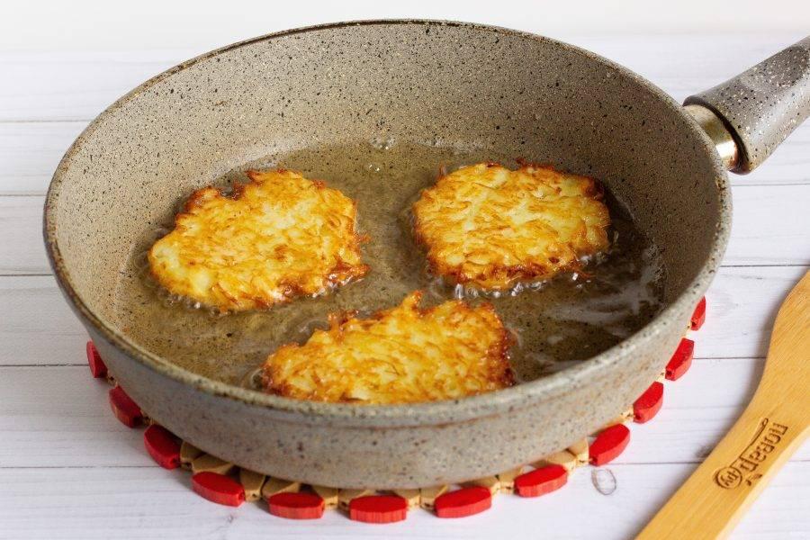 На сковороду с разогретым растительным маслом столовой ложкой выложите картофельную массу и жарьте с одной стороны на среднем огне до готовности.