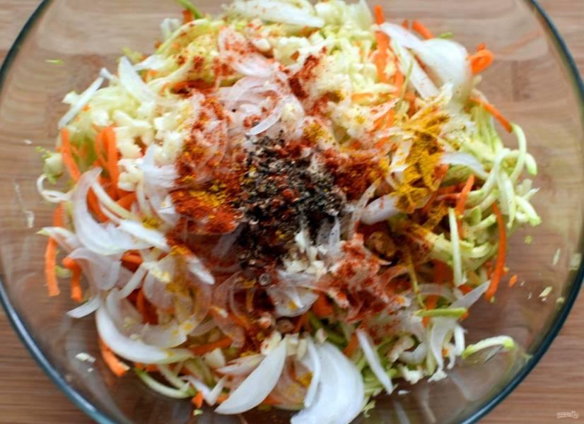 Крупно потолките семена кориандра и смесь перцев, добавьте паприку и немножко куркумы для цвета.