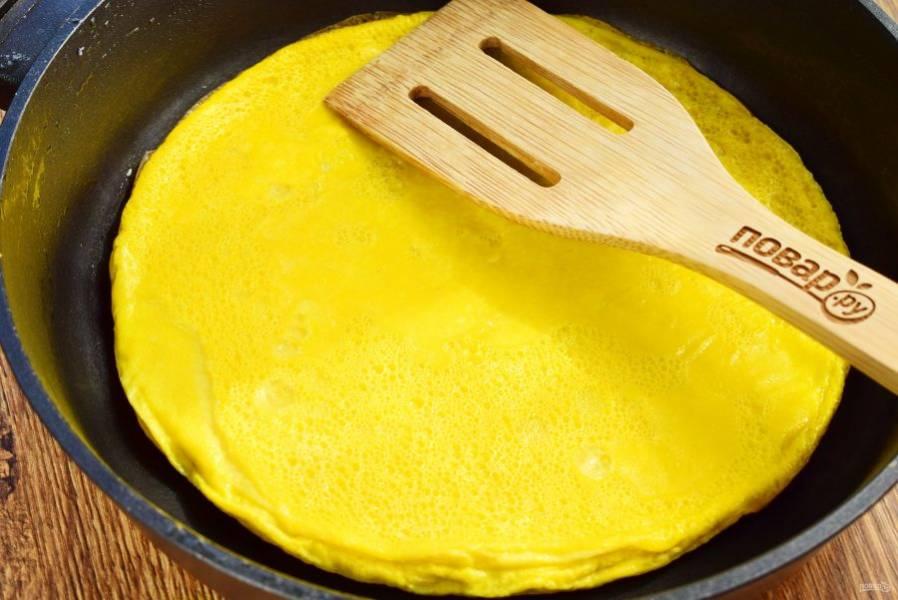 Добавить яйца в сотейник (сковороду), готовьте около 3 минут. Выложите на блюдо, дайте остыть, нарежьте  на полоски.