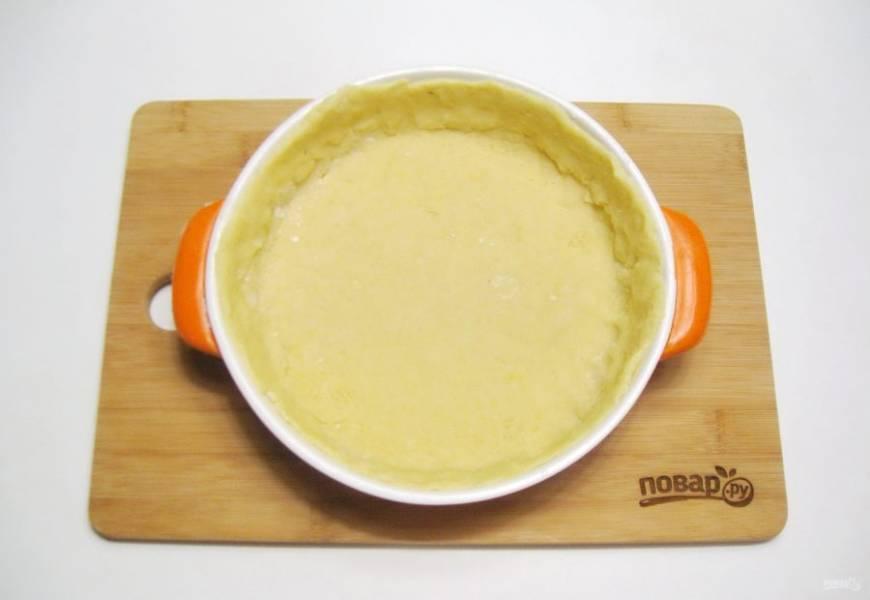 После достаньте тесто из холодильника. Большую часть выложите в форму, формируя бортики.