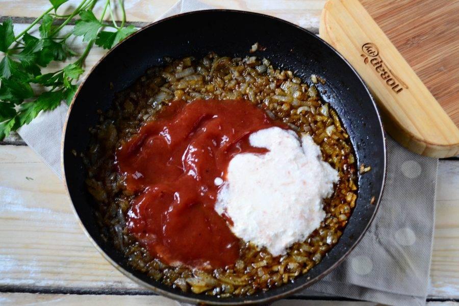 Через пару минут добавьте в сковороду томатный соус, влейте сливки и воду. Перемешайте и уваривайте на медленном огне примерно 10 минут.
