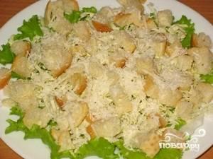 Собрать салат: на листья салата, выложить пекинскую капусту, сверху слой курица, посыпать сыром, выложить сухарики и залить соусом. Приятного аппетита!