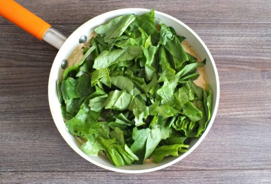 В сковороду со сливками добавьте шпинат. Потушите, пока шпинат немного не осядет.