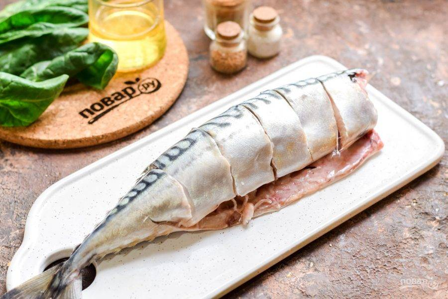 Очистите рыбу — удалите голову, внутренности. Ополосните тушку и просушите, сделайте небольшие надрезы — как на фото.
