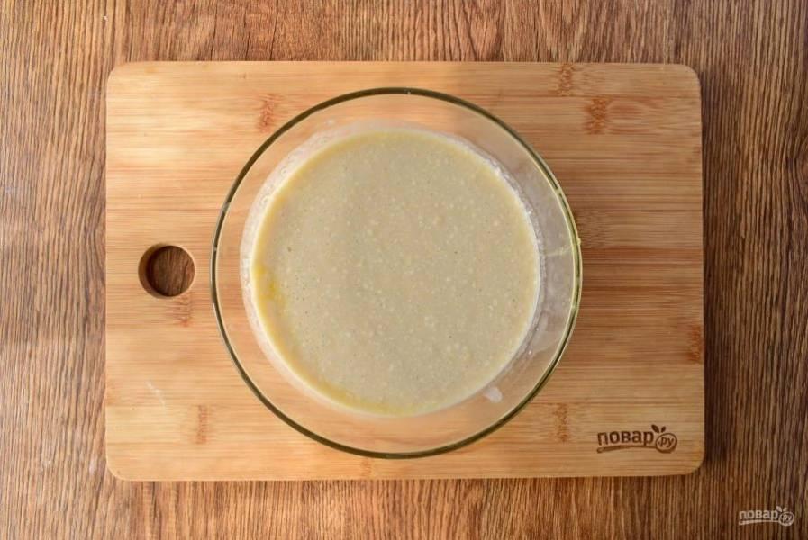 2.     Дрожжи разведите в теплом молоке, добавьте сахар и муку (2 ст. л.), поставьте в теплом месте на 15 минут до появления пенной шапочки.