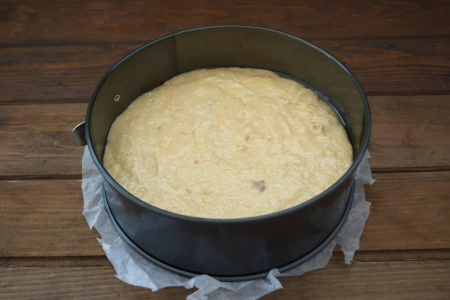 Форму для выпечки смазать маслом. Выложить тесто в форму. Духовку разогреть до 180 градусов. Выпекайте коврижку в духовке до готовности.
