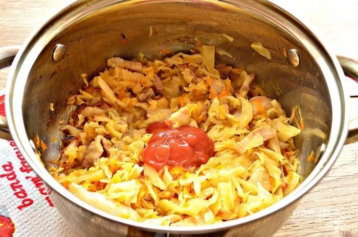 За 5-7 минут до окончания готовки добавьте томатное пюре (или томатную пасту). Перемешайте.