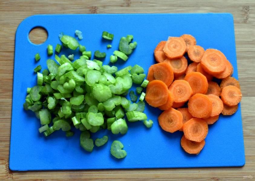Нашинкуйте овощи. Морковь и сельдерей нарежьте кружочками, перец разрежьте на четвертинки и нашинкуйте соломкой, лук так же, как и чеснок порубите мелко.