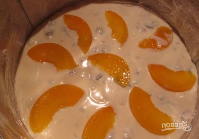 Вливаем еще творожной массы. Кладем кусочки персика.