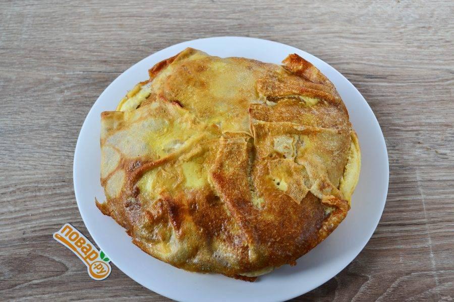 Аккуратно выньте пирог из формы и переложите на тарелку.