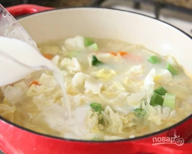 3. Минут через 10 добавьте в кастрюлю фасоль. Когда овощи будут уже готовы, влейте молоко.