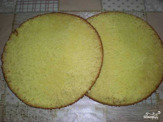 Готовый бисквит остудите и разрежьте на 2 части ножом или кулинарной нитью.