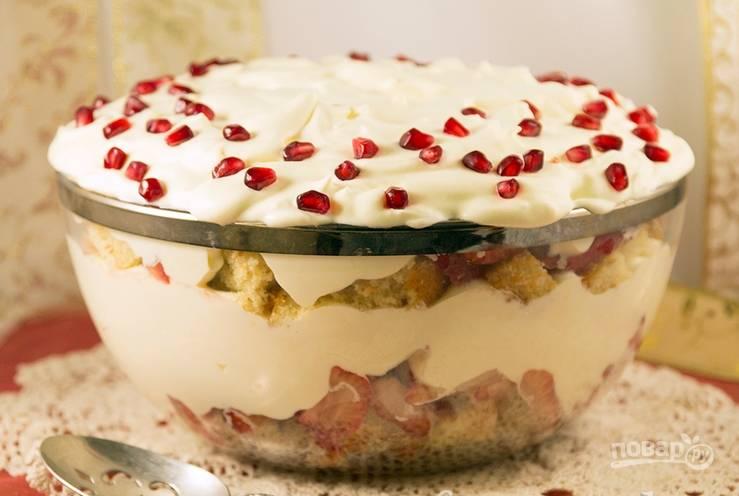 Вновь повторяем слои пудинга с ягодами. Верхушку оформляем сливками и украшаем по вкусу. Приятного аппетита!