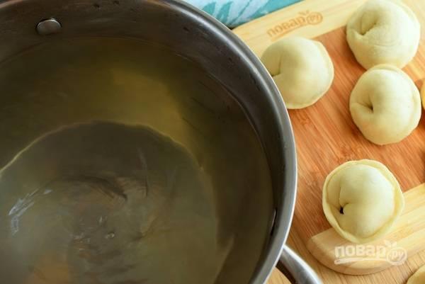 В кипящую подсоленную воду закиньте сладкие пельмени, помешивая лопаткой, чтобы пельмени не прилипли ко дну. Доведите воду до кипения и варите пельмени в течение 5-7 минут до готовности. Слейте воду.
