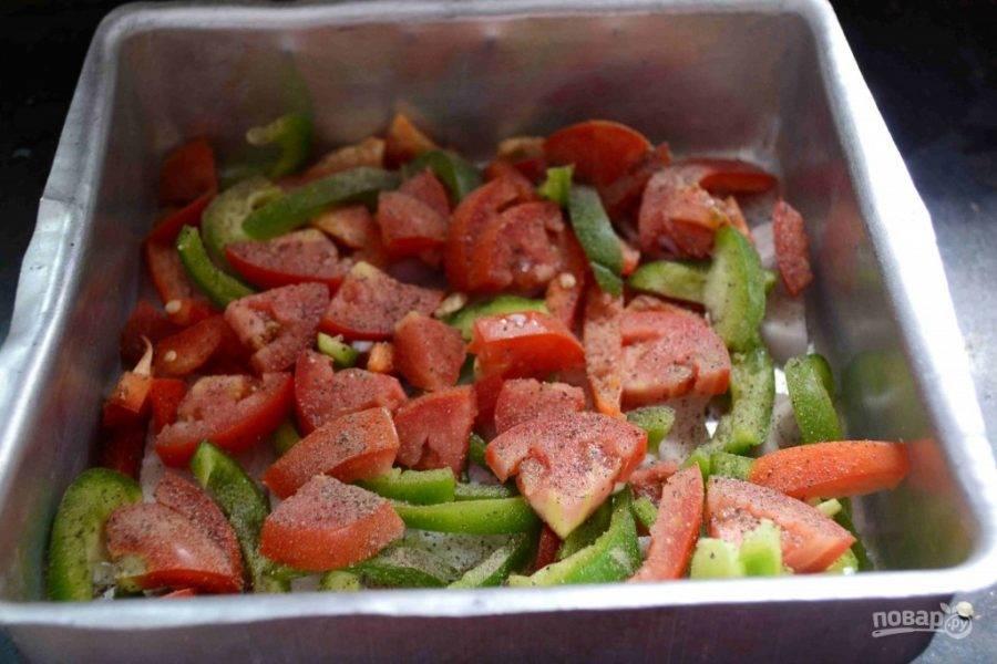 3.Посолите и поперчите овощи, можно добавить орегано или другие сухие специи.