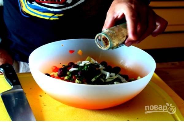 В салатной миске смешайте все подготовленные продукты, добавьте нарезанные маслины, немного молотой зиры.