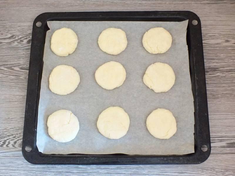 Заготовки укладывайте сразу же на противень, застеленный пергаментной бумагой. Включите духовку на 180 градусов. Поставьте противень в горячую духовку на 20-25 минут.