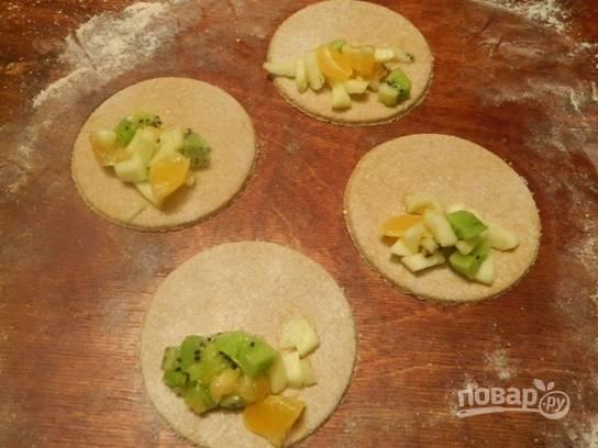 На половину кружка выкладываем фруктовую начинку.