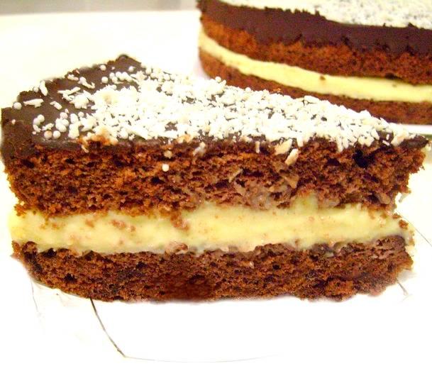 Теплой глазурью поливаем верхний корж торта, относим в холодильник. Остуженный торт посыпаем кокосовой стружкой. Красота, да и только!