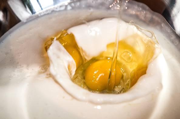 2. Добавьте яйца и растительное масло (лучше использовать в рецепте приготовления теста на кефире с капустой рафинированное масло)
