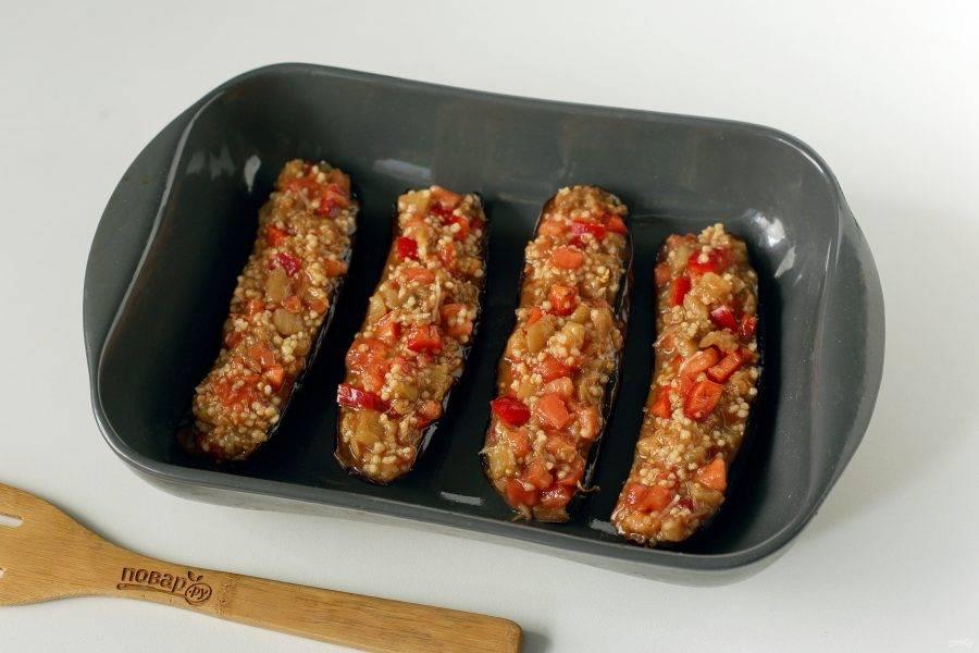 Половинки баклажанов посолите (можно дополнительно смазать лодочки сметаной или майонезом) и наполните начинкой. Выложите баклажаны в смазанную маслом форму для запекания.