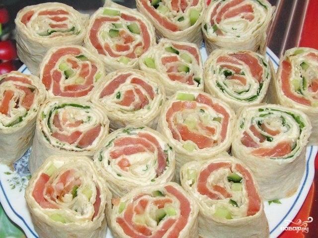 8. Выкладываем готовые рулеты на большое блюдо начинкой вверх. При желании блюдо можно украсить зеленью и листьями салата.