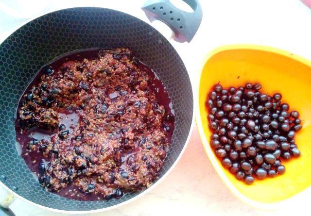 Теперь 1/4 часть смородины перекладываем в отдельную тарелку, а остальные ягоды перемалываем любым удобным для вас способом.