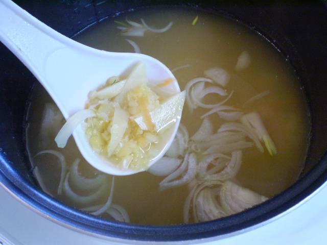 """6. Кладем овощи в суп. Снова включаем режим """"Суп"""" и варим 30 минут."""