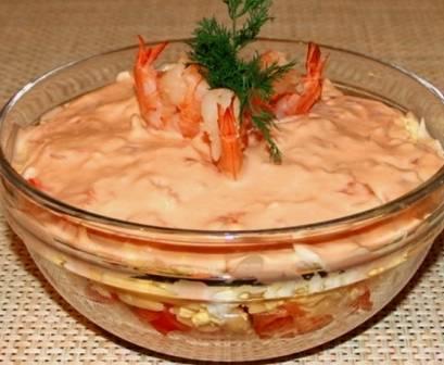 Перед подачей украсим салат креветками и зеленью.