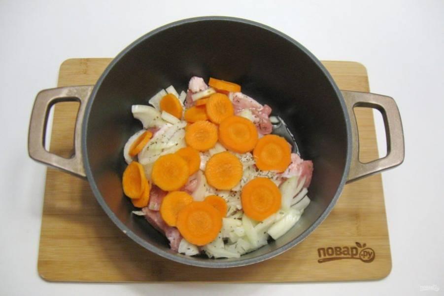 Морковь очистите, помойте и нарежьте кружками.