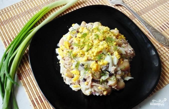 Салат готов к употреблению. Подавайте его со свежей зеленью. Приятного аппетита!