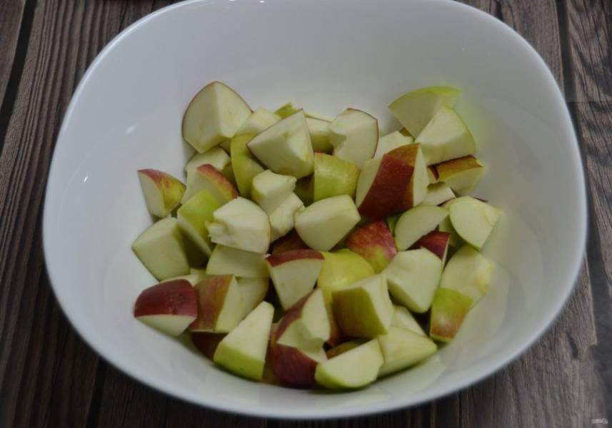 Помойте яблоки, удалите сердцевинки, нарежьте на кусочки, размер определите сами.