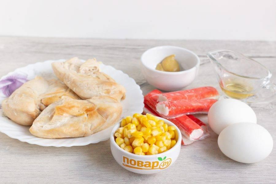 Подготовьте все необходимые ингредиенты. Филе заранее отварите или приготовьте в мультиварке без жира. Яйца также заранее отварите и остудите.