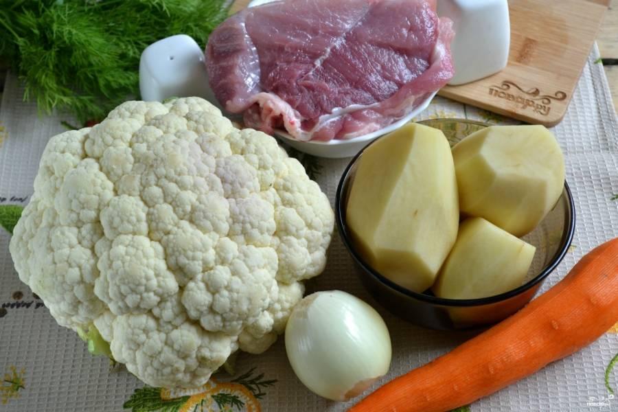 Подготовьте все необходимые ингредиенты. Картофель, лук и морковь очистите.